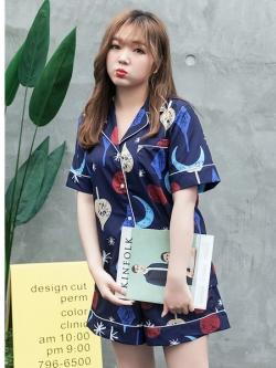 ++พร้อมส่ง++ ชุดนอนผ้าไหมพิมพ์ลาย 2 ชิ้น เสื้อเชิ้ตแขนสั้นติดกระดุม+กางเกงขาสั้นเอวยางยืด สีน้ำเงิน (XL,2XL)