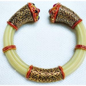 กำไลหางช้างประดับพลอยพม่า พลอยนพเก้า ตัวเรือนขึ้นเงิน 92.5 ชุบทองคำบริสุทธิ์ ถมทองรมดำ