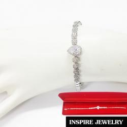 Inspire Jewelry สร้อยข้อมือเพชร เม็ดกลางรูปหยดน้ำล้อมเพชร และสายเพชร งานจิวเวลลี่ แบบร้านเพชร งานน่ารัก ปราณีต สวยงาม พร้อมกล่องกำมะหยี่ เหมาะกับการแต่งกายทุกรูปแบบ