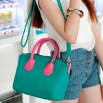 กระเป๋าแฟชั่นAxixi กระเป๋าถือ สะพายได้ สีสวย สีเขียว มีสายสะพายสีเขียวให้ หูกระเป๋าสีชมพูแต่งด้วยซิป