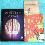 ►ครูพี่แนน Enconcept◄ MEMO 3731 เซ็ท Memelody + CD เพลงภาษาอังกฤษครูพี่แนน มีเพลง + เนื้อเพลงมากกว่า 200 เพลง ในเซ็ทประกอบด้วย 1. หนังสือ Memolody Book เป็นเล่มเนื้อเพลง มีจดโน้ตเกือบทั้งเล่ม 2. หนังสือ Memolody Dictionary เป็นดิกชันนารี่เพื่อใช้คู่กับ Cd