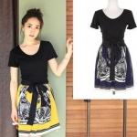 """""""พร้อมส่ง""""เสื้อผ้าแฟชั่นสไตล์เกาหลีราคาถูก Brand Ou Fanr เดรสเสื้อคอกลมแขนสั้นสีดำ ต่อกระโปรงผ้าลื่นพิมพ์ลายสีน้ำเงิน มีผ้าผูกเอวสีดำ ซับในช่วงกระโปรง"""