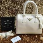 กระเป๋า Prada มาใหม่ ทรงหมอน งานสวย ขนาด 10 นิ้ว มีสายสะพายยาวพร้อมกุญแจล็อค ราคา 850 บาท สีขาว