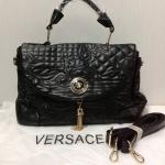 กระเป๋า Versace มาใหม่ รุ่นชมพู่ใช้ ไฮโซ มาพร้อมสายสะพายข้าง อะไหล่ทอง งานปั้มทุกจุด ขนาด 12.5 x ส 12 นิ้ว หนา 6.5 นิ้ว สีดำ