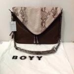 กระเป๋า Boyy Slash bag แบบเจนนี่ใช้ งานหนังสวย อะไหล่สีดำ ซับผ้า ตามสีของกระเป๋า Size ฐาน 13 สูง 9.5 นิ้ว สีน้ำตาล