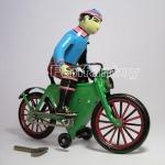 หนุ่มน้อยขี่จักรยานไขลาน