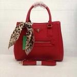กระเป๋า Prada  มาใหม่ ทรงสวย ขนาด 12 นิ้ว มีผ้าผูก พร้อมสายสะพายยาว สีแดง