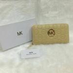 กระเป๋าสตางค์ MK มาใหม่ ซิปเดียว งานสวย ขนาด 4.5x7 นิ้ว ราคา 400 บาท สีครีม