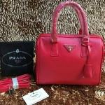 กระเป๋า Prada มาใหม่ ทรงหมอน งานสวย ขนาด 10 นิ้ว มีสายสะพายยาวพร้อมกุญแจล็อค ราคา 850 บาท สีชมพูบานเย็น