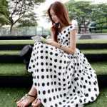 """""""พร้อมส่ง""""เสื้อผ้าแฟชั่นสไตล์เกาหลีราคาถูก Brand Ouremu เดรสยาวสีขาวลายจุดสีดำขลิบฟ้า แขนกุด คอวี สม๊อกเอว ซิปหลัง มีซับใน -size M"""