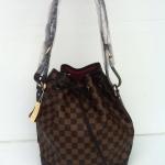 กระเป๋า Louis Vuitton ทรงขนมจีบ หนังสวยมาก ฐ 10 x ส 13 นิ้ว ด้านในบุผ้าเหมือนแท้  อะไหล่ปั๊มทุกจุด ลายตารางน้ำตาล