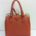 กระเป๋า Prada พีระมิดทรงสูง 10 นิ้ว ปากตัวล๊อคหรู มาพร้อมสายยาว  สีชมพูนู้ด