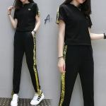 ชุดออกกำลังกายไซส์ใหญ่ เสื้อยืดคอกลมแขนสั้น+ขายาวกุ๊นแถบสีเหลืองทันสมัย (XL,2XL,3XL,4XL,5XL)