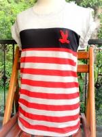 ขายส่ง:พร้อมส่งเสื้อยืดเก๋ๆลายทางติดอาร์มปักนก/อก34/เทานกแดง