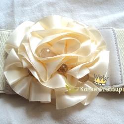 ♥♥พร้อมส่งค่ะ♥♥ เข็มขัดรูปริบบิ้นดอกไม้ดอกใหญ่สีครีม ตรงกลางประดับด้วยลูกปัดเป็นเกสร ตัวเส้นเป็นยางยืด