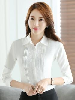 เสื้อเชิ้ตทำงานแขนยาวสีขาว ผสมลูกไม้ เป็นชุดยูนิฟอร์ม หรือชุดพนักงาน
