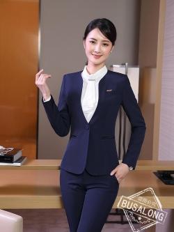 ชุดสูทผู้หญิงแขนยาว เสื้อสูทไม่มีปกสีน้ำเงินเข้ม พร้อมกางเกงสีน้ำเงินเข้ม