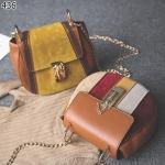 กระเป๋าสะพายผลิตจากหนังPUที่เน้นการดีไซน์สุดคลาสสิค ตกแต่งดีเทล หนังกลับด้านหน้ากระเป๋า
