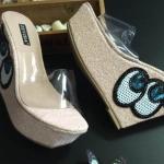 รองเท้าส้นตึกด้านหน้าเป็นพลาสติกใส่นิ่มโชว์เท้าด้านข้างส้นรองเท้าปักลายสวยงาม