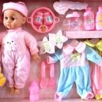ตุ๊กตาทารก พร้อมเสื้อผ้า และอุปกรณ์เลี้ยงน้อง