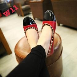 รองเท้าคัทชูส้นเตี้ยแต่งโซ่รอบรองเท้าหนังเงาสวยมาก