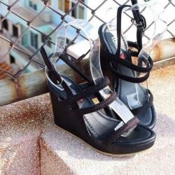 รองเท้าส้นสูงแบบส้นเตารีดรัดส้น