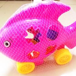 ปลาหยอดบล็อคเรขาคณิต 8 ชิ้นถุงตาข่าย 25 cm.(1x3)