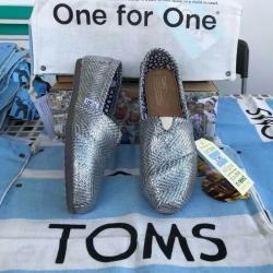 รองเท้า Toms สีเทาวัสดุผ้าเงาแวววาวสวยงามมาก