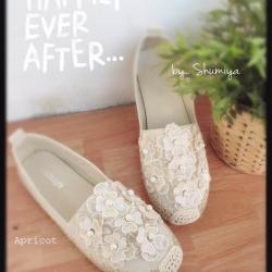 รองเท้าคัทชูวัสดุผ้าระบายอากาศประดับดอกไม้ด้านหน้าเริมส้นสูงเล็กน้อย
