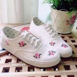 รองเท้าผ้าใบแฟชั่นแต่งลายดอกไม้สวยหวาน