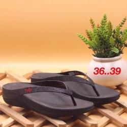 รองเท้า fitflop แบบหูคีบแต่งกากเพชร สีดำ