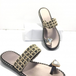 รองเท้าแตะแบบสวมนิ้วโป้งประดับเพชร