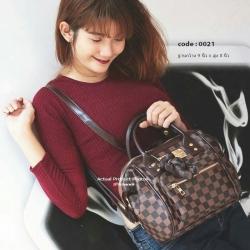 กระเป๋าหนังลาย Damier บนตัวกระเป๋าและสาย
