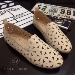 รองเท้าคัชชูส้นแบน ทำจากหนังนิ่มฉลุลวดลายสวยเก๋