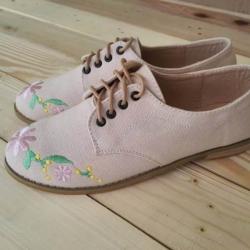 รองเท้าแฟชั่นผูกเชือกด้านหน้าปักลายดอกไม้น่ารัก