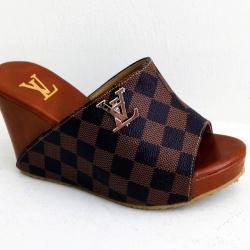 รองเท้าแตะส้นเตารีดแบบสวมลายหลุย