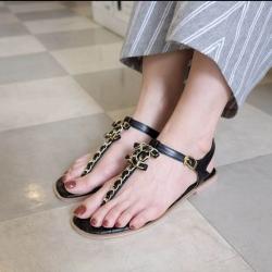 รองเท้าแตะหูคีบส้นเตี้ยแต่งอะไหล่ chanel ด้านหน้า