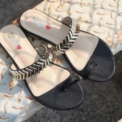 รองเท้าแตะ แบบสวมนิ้วโป้งแต่งวัสดุเป็นโลหะสามเหลี่ยม