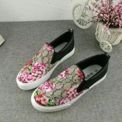รองเท้าคัทชูลำลองแต่งลายดอกไม้น่ารัก