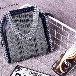 กระเป๋าสุดเท่แต่งด้วยโซ่เงินห้อยด้านหน้า ตัดกับสีกระเป๋า ดีไซส์ใหม่ล่าสุด