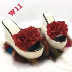 รองเท้าส้นตึกแต่พู่ดอกไม้