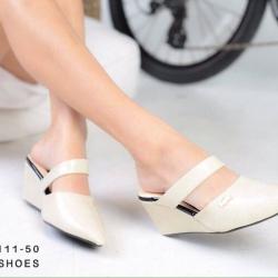 รองเท้าส้นเตารีดแบบสวมทรงหัวแหลม วัสดุหนังพียูนิ่ม แต่ง logo ลาครอส
