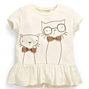 เสื้อแขนสั้นสีครีม ปักรูปแมวที่หน้าอก มีระบายที่ชายเสื้อ
