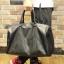 พรีออเดอร์ กระเป๋า สีดำ หรือใช้สะพาย หนังPU ใบใหญ่ ใช้เป็นกระเป๋าเดินทางได้ thumbnail 1