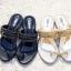 รองเท้าแตะแบบหูคีบสวมนิ้วโป้งแต่งอะไหล่โซ่ thumbnail 1