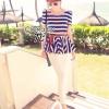 ( พร้อมส่งเสื้อผ้าเกาหลี) เสื้อแขนสั้นพิมพ์ลายเส้นใหญ่สีน้ำเงิน ตัดขอบสีแดง เย็บเข้าเอว ตัดต่อลายผ้าเป็นระบาย รอบเอวมีวอลลุ่ม มาพร้อมกางเกง 5 ส่วนขาเดฟ