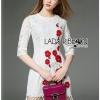 ชุดเดรสเกาหลี พร้อมส่งเดรสผ้าลูกไม้สีขาวปักลายดอกไม้สีแดงตกแต่งชายพู่