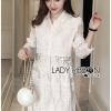 เสื้อผ้าเกาหลี พร้อมส่งเชิ้ตเดรสผ้าลูกไม้สีขาวตกแต่งหมุดเงินสไตล์ควาสสิกทวิสต