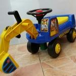 KK801.รถขาไถแม็คโครเด็กนั่งได้ มี 2 สี แดง น้ำเงิน รถแม็คโครเด็กนั่งได้ พวงมาลัยหมุนๆ มีแตร บังคับตัวตักดินได้ ที่นั่งเปิดเก็บของได้ ขนาด25×80×40cm มีแดง น้ำเงิน