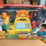 RH467. ชุดโต๊ะแคชเชียร์หน้าหมีเหมาะสำหรับเด็ก 3 ขวบขึ้นไปค่ะ มีเสียง แสง เหมือนจริง สุด ๆค่ะ ใช้งานด้วยถ่าน AA ค่ะ เครื่องคิดเลขสีสวยสดใส คิดเงินได้จริง ตัวเลขโชว์ที่หน้าปัดเครื่องคิดเงินเลยค่ะ แบบLCD ลิ้นชักกระเด้งเปิดปิดใส่เงินค่ะ มีตระกร้าใส่สินค้า พร้